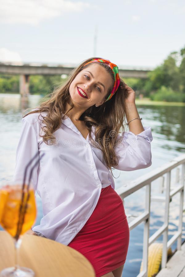 Mooi meisje in een strandbar en het hebben van een cocktail royalty-vrije stock fotografie