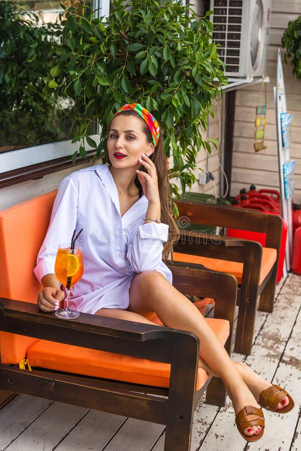 Mooi meisje in een strandbar en het hebben van een cocktail royalty-vrije stock foto's