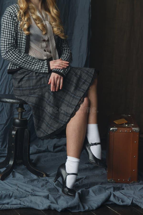 Mooi meisje in een uitstekende stijl stock afbeelding