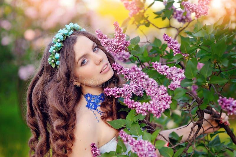 Mooi meisje in een uitstekende stijl in een fabelachtig purper park royalty-vrije stock afbeelding