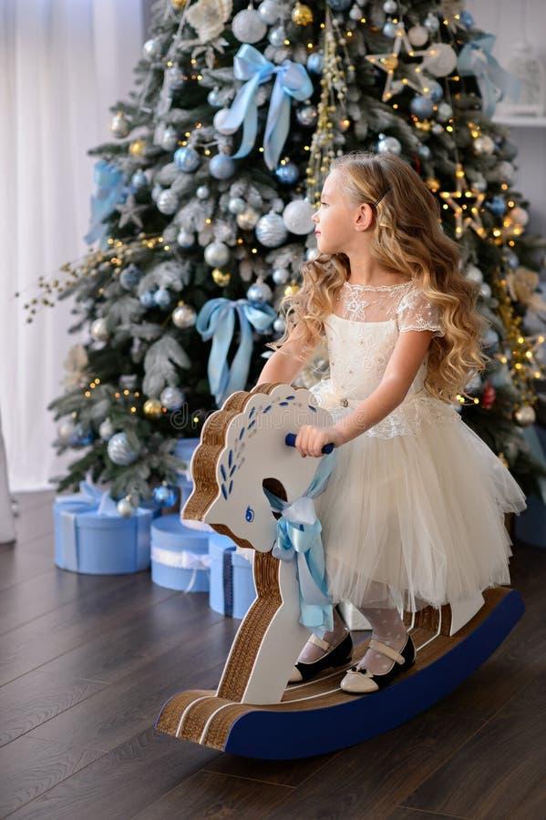 Mooi meisje in een verbazende kleding stock afbeelding