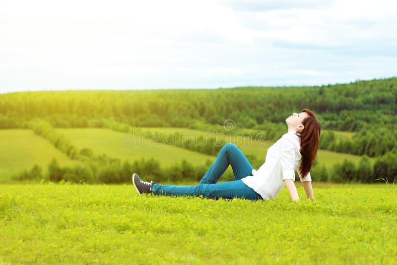 Mooi meisje in een wit overhemd stock afbeelding