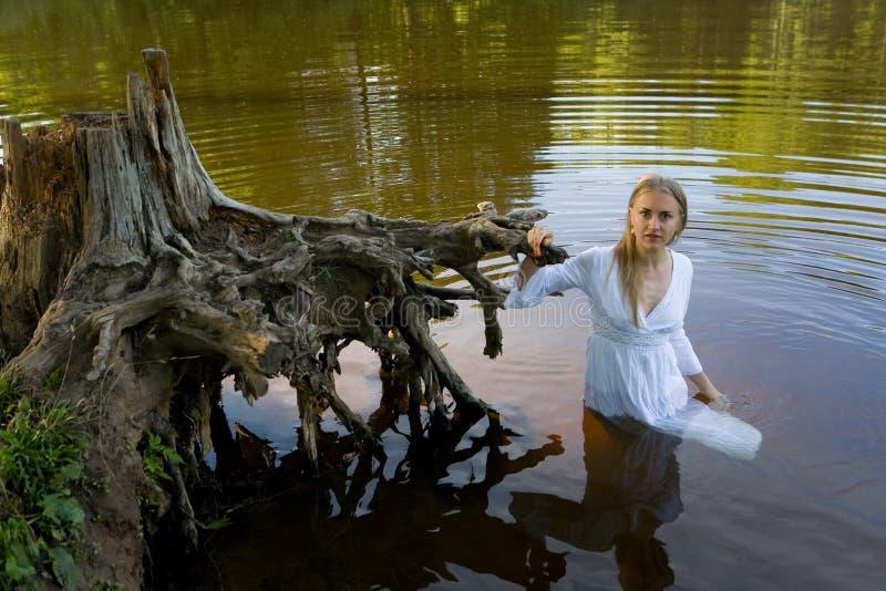 Mooi meisje in een witte kleding in het water royalty-vrije stock foto