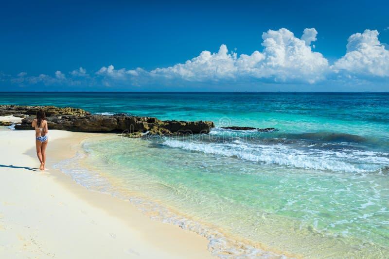 Mooi meisje in een zwempak op overzees bij tropisch strand Jonge wom royalty-vrije stock afbeelding