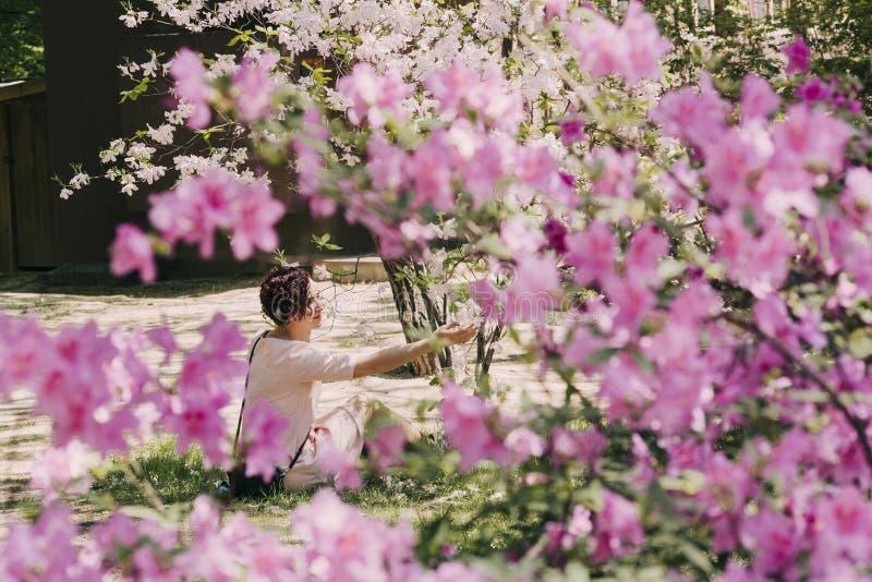 Mooi meisje en bloeiende rododendron stock afbeeldingen