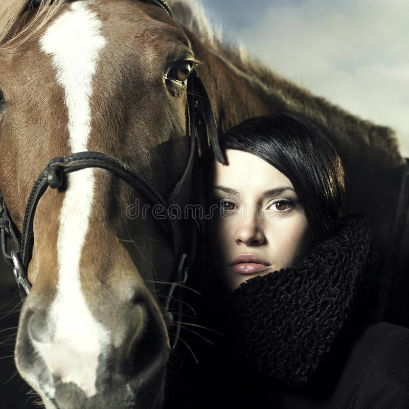Mooi meisje en paard stock foto