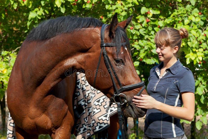 Mooi meisje en paard stock afbeelding