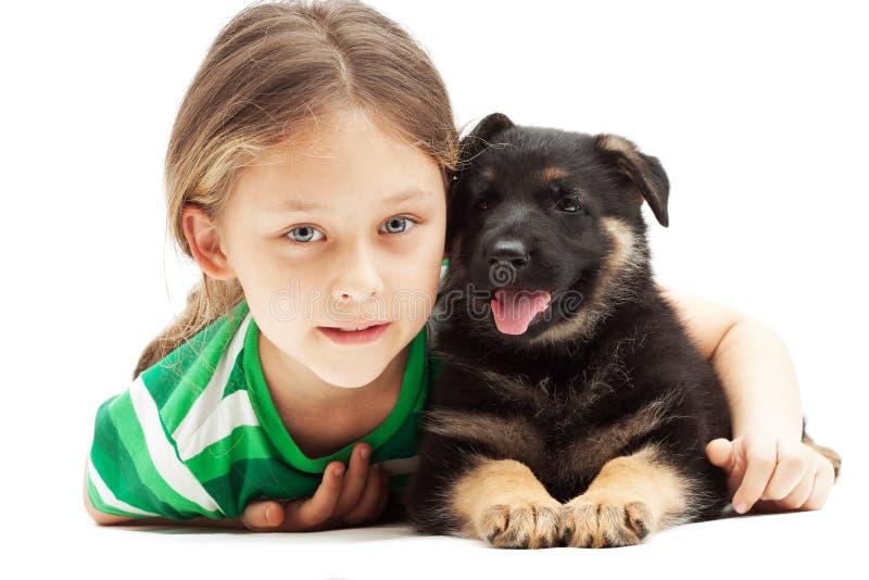 Mooi meisje en puppy op witte backg stock fotografie