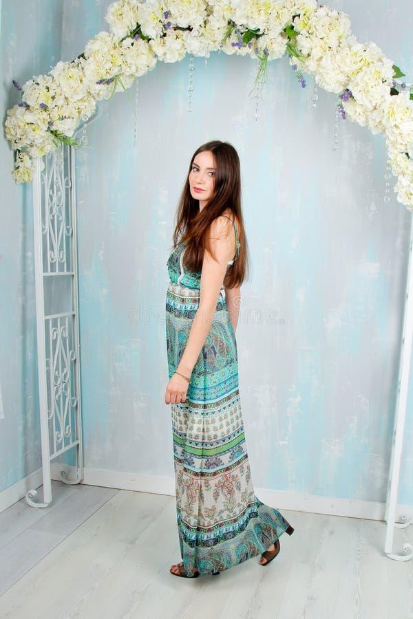 Mooi meisje in gekleurde decorstudio stock fotografie