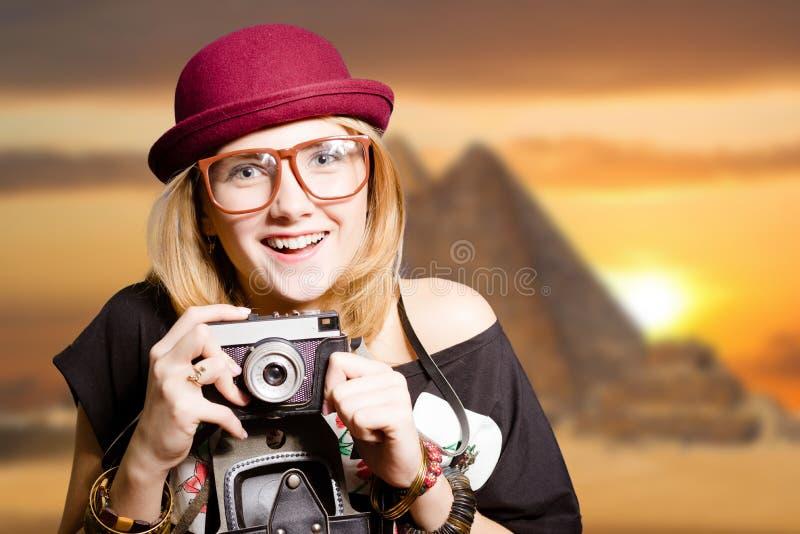 Mooi meisje in glazen met camera op Egypte stock afbeelding