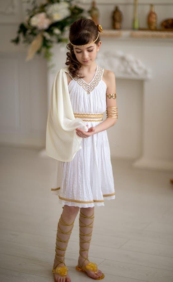 Mooi meisje in Griekse kleding royalty-vrije stock foto's