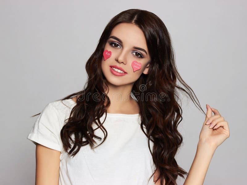 Mooi meisje harten op haar gezicht royalty-vrije stock foto