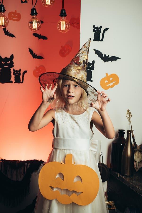 Mooi meisje in heksenkostuum 31 Oktober Maak omhooggaand en eng concept voor meisje De partij van de viering grappig stock foto