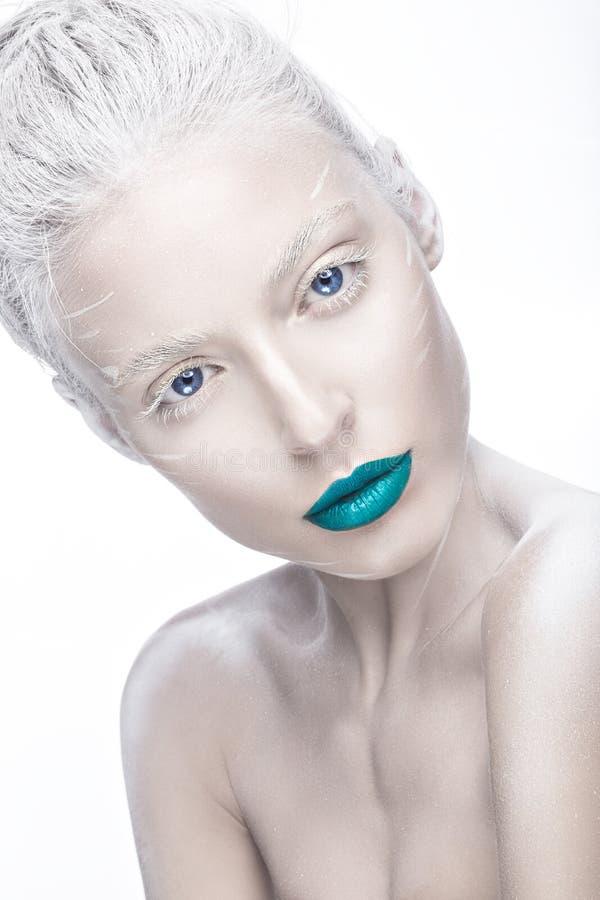 Mooi meisje in het beeld van albino met blauwe lippen en witte ogen Het gezicht van de kunstschoonheid royalty-vrije stock foto's