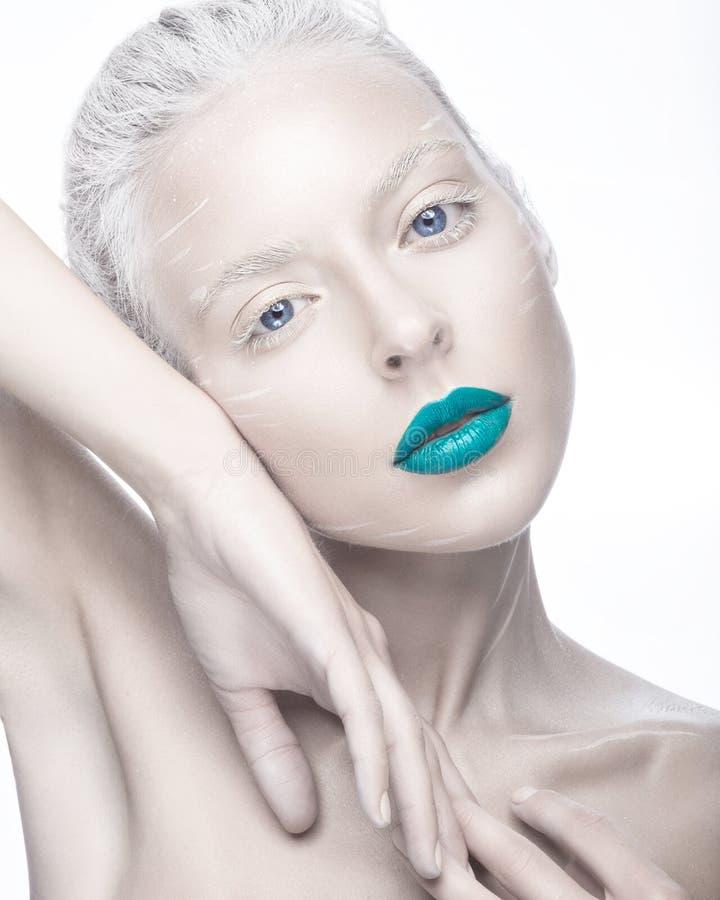 Mooi meisje in het beeld van albino met blauwe lippen en witte ogen Het gezicht van de kunstschoonheid royalty-vrije stock foto