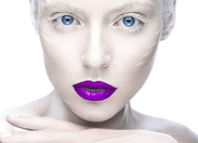 Mooi meisje in het beeld van albino met purpere lippen en witte ogen Het gezicht van de kunstschoonheid royalty-vrije stock afbeeldingen