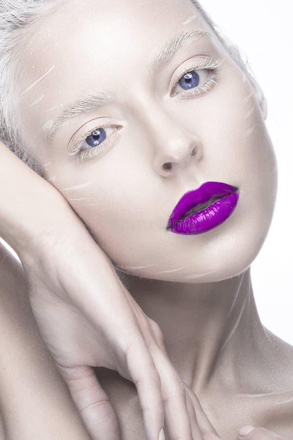 Mooi meisje in het beeld van albino met purpere lippen en witte ogen Het gezicht van de kunstschoonheid royalty-vrije stock foto