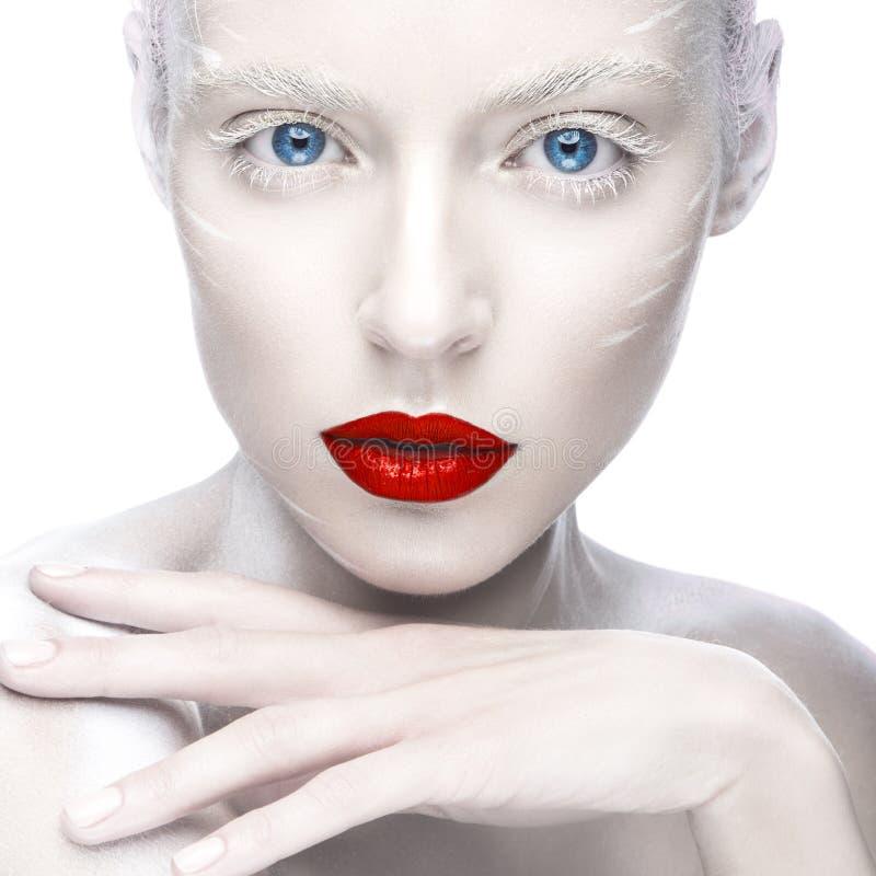 Mooi meisje in het beeld van albino met rode lippen en witte ogen Het gezicht van de kunstschoonheid royalty-vrije stock afbeelding