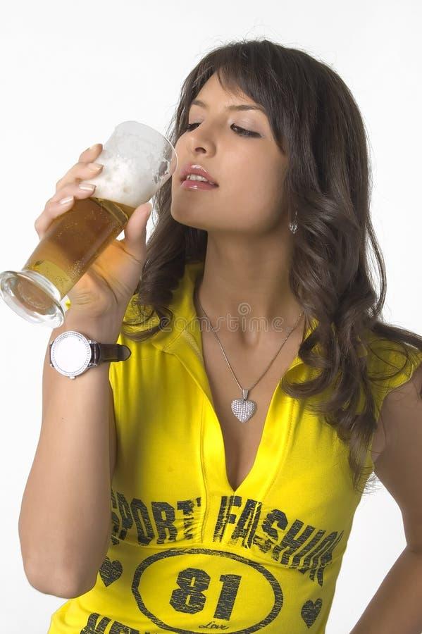Mooi meisje het drinken bier van het glas stock foto's