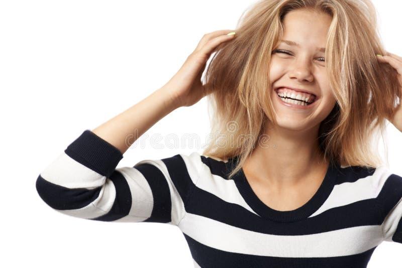 Mooi meisje in het gestreepte sweater lachen stock afbeeldingen