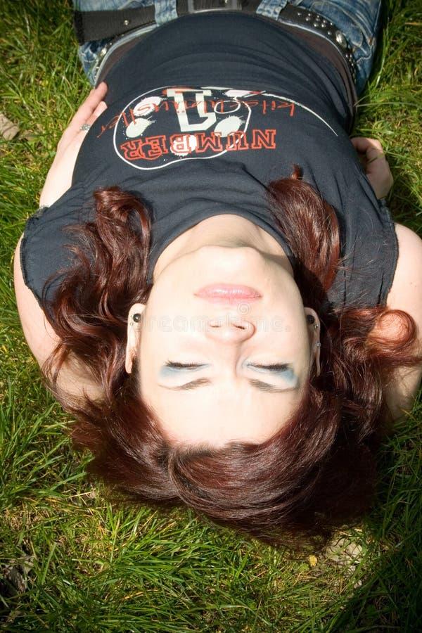 Mooi meisje in het gras royalty-vrije stock fotografie