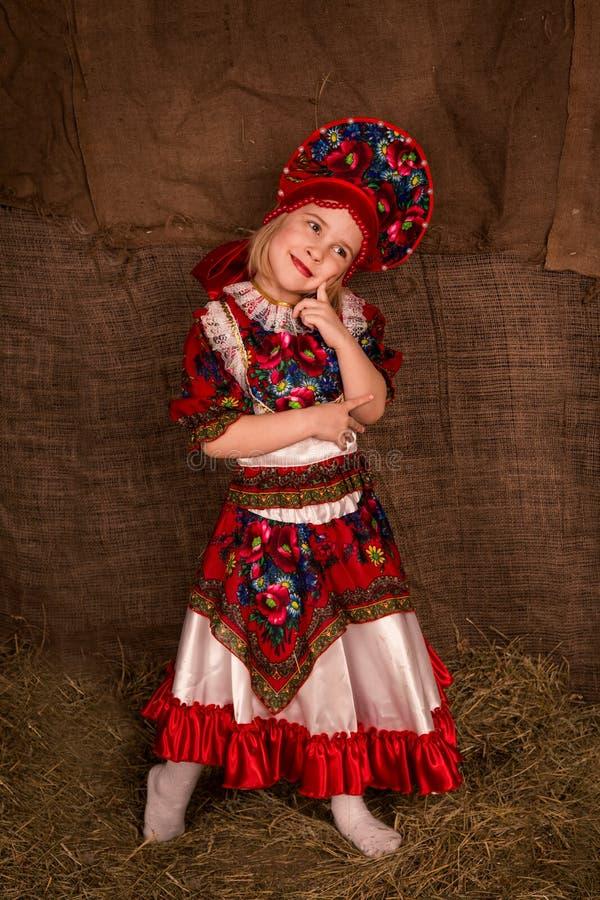 Mooi meisje in nationaal kostuum stock afbeelding