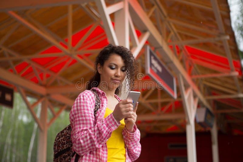 Mooi meisje in hoed met een rugzakzitting in de trein Het reizen, reis stock foto