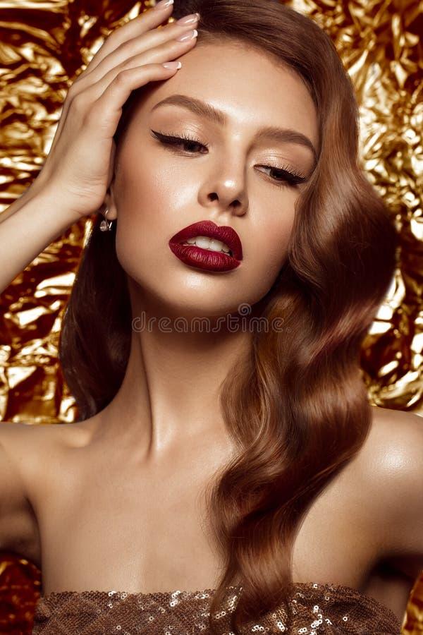 Mooi meisje in Hollywood-beeld met golf en klassieke make-up Het Gezicht van de schoonheid royalty-vrije stock fotografie