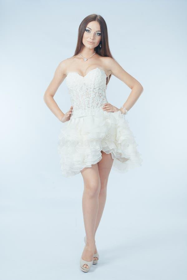 Mooi meisje in huwelijkskleding stock fotografie