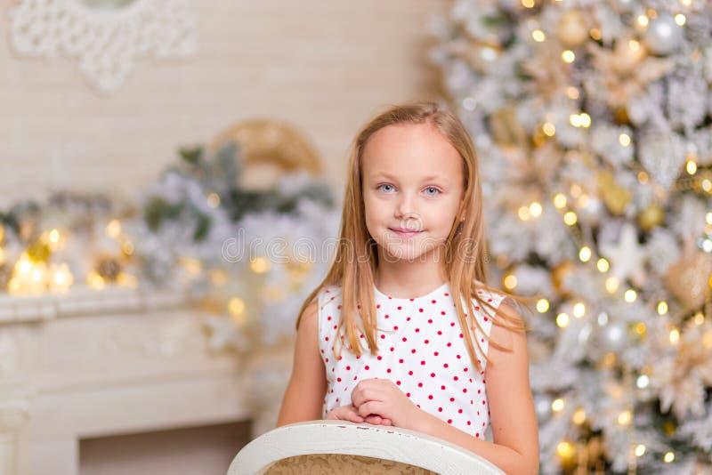 Mooi meisje Kerstmisportret in de studio royalty-vrije stock afbeeldingen