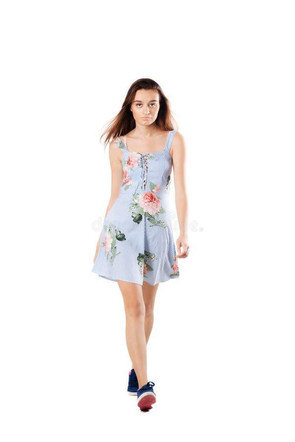 Mooi meisje in kleding het lopen stock fotografie