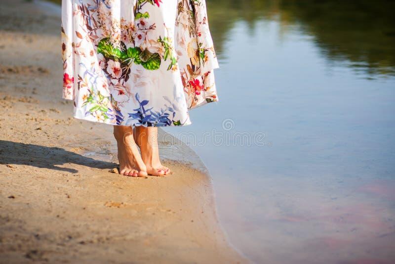 Mooi meisje in kleding op de rivier stock afbeelding