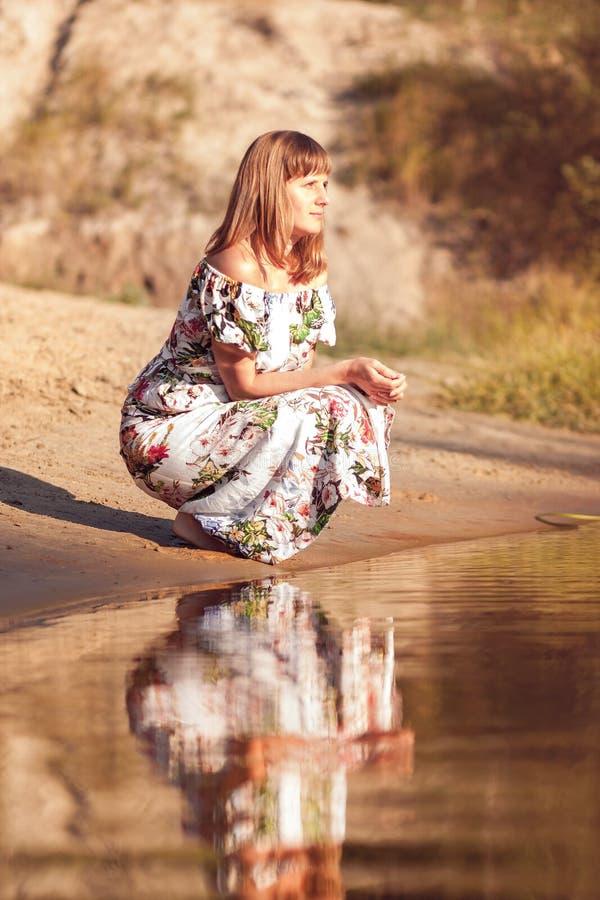Mooi meisje in kleding op de rivier royalty-vrije stock afbeelding