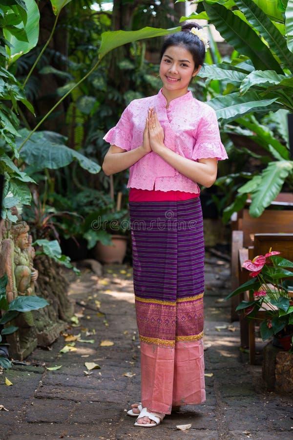 Mooi meisje in kostuum Thaise kleding royalty-vrije stock afbeeldingen