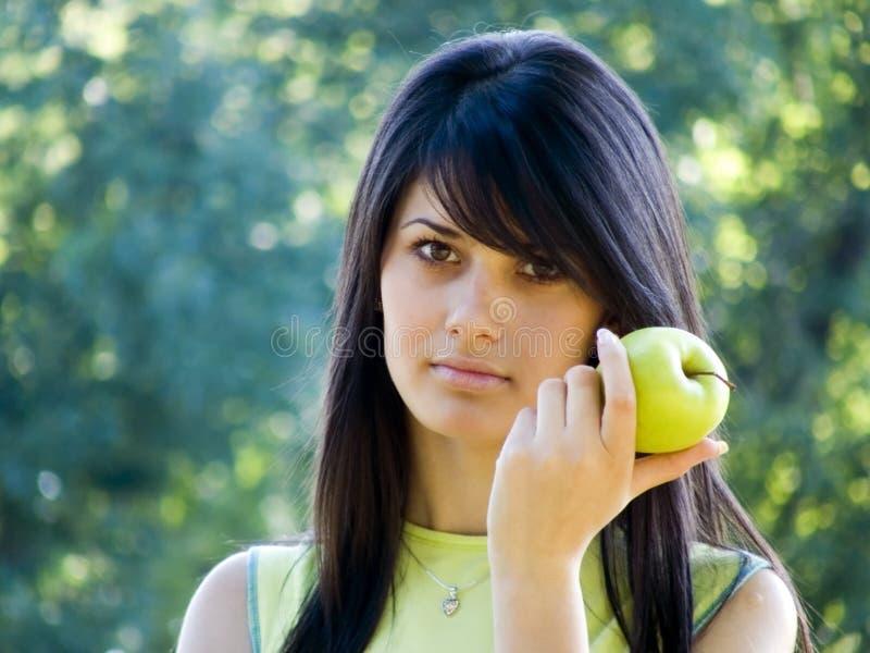 Mooi meisje met appel stock afbeeldingen