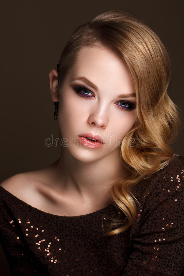 Mooi meisje met avondmake-up en golvend kapsel royalty-vrije stock afbeeldingen