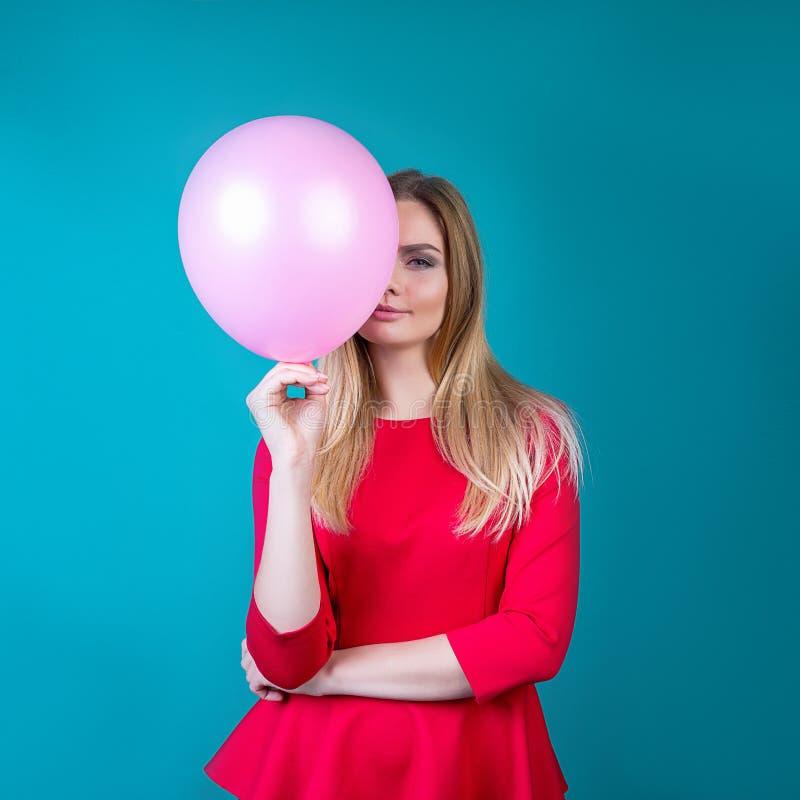 Mooi meisje met ballen op een heldere achtergrond stock fotografie