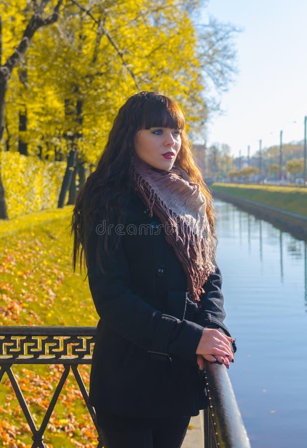 Mooi meisje met blauwe ogen in de herfstpark royalty-vrije stock foto's