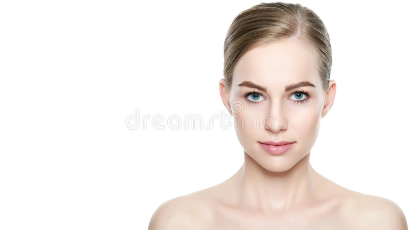 Mooi meisje met blauwe ogen en blond haar, met naakte schouders, die camera het glimlachen bekijken Model met lichte naakte samen royalty-vrije stock foto's
