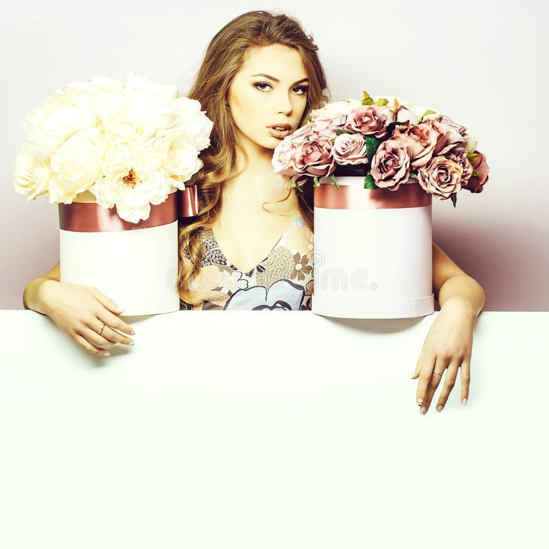 Mooi meisje met bloemdozen stock fotografie