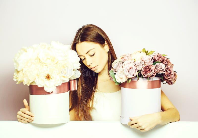 Mooi meisje met bloemdozen royalty-vrije stock afbeeldingen