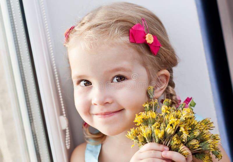 Mooi meisje met bloemen royalty-vrije stock foto's