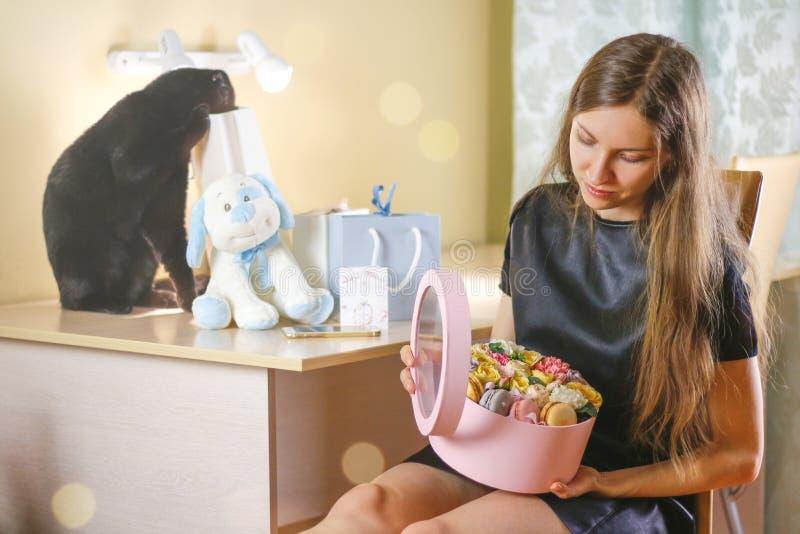 Mooi meisje met bloemen in een doos op zijn verjaardag De giften royalty-vrije stock afbeelding