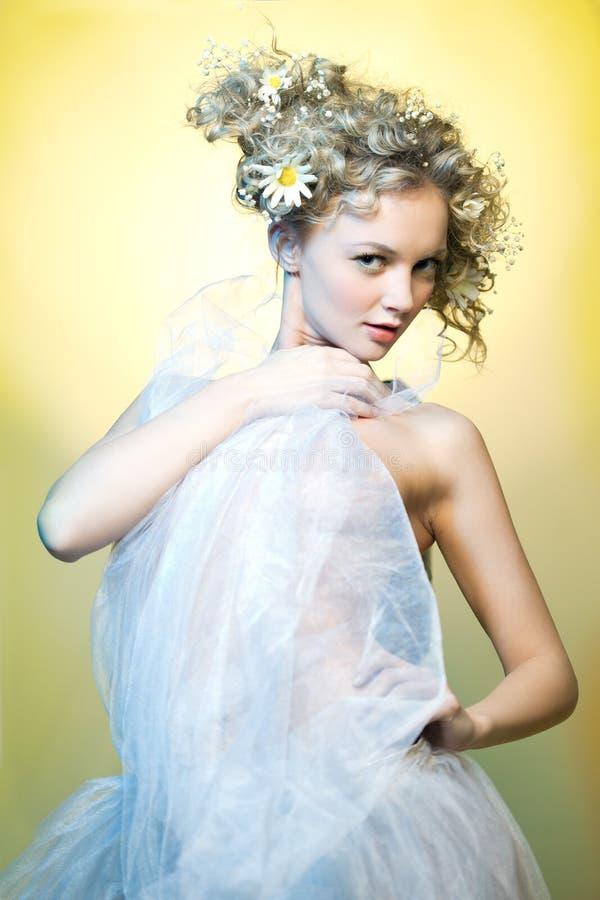 mooi meisje met bloemen in hun royalty-vrije stock foto