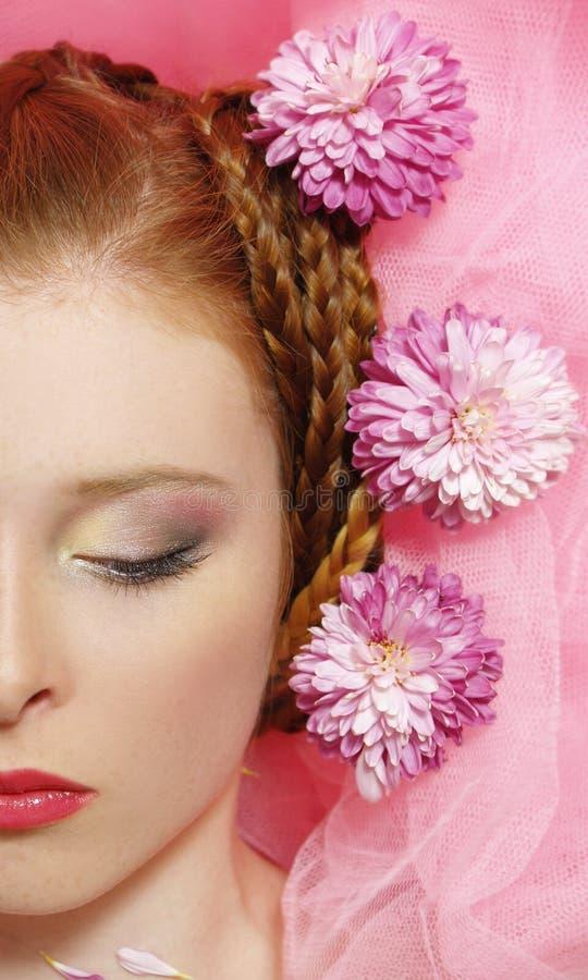Mooi meisje met bloemen op haar haar stock afbeeldingen
