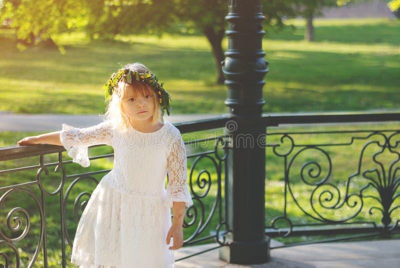 Mooi meisje met bloemkroon op haar hoofd, op Lazarus zaterdag stock foto