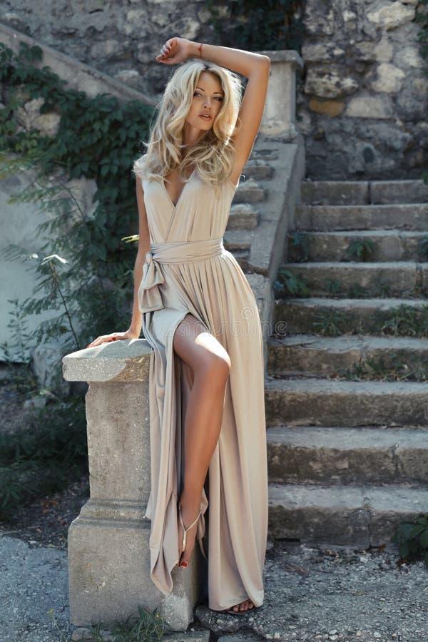 Mooi meisje met blond haar royalty-vrije stock foto's