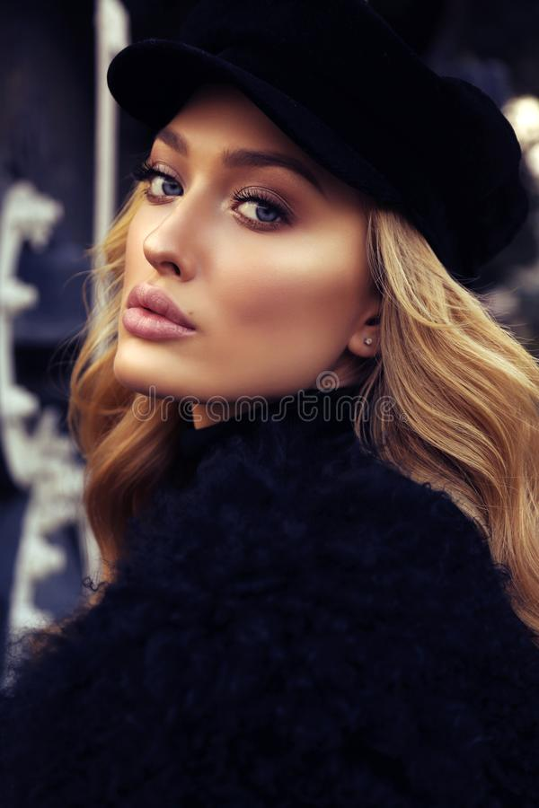 Mooi meisje met blonde krullende haar en avondmake-up royalty-vrije stock afbeelding