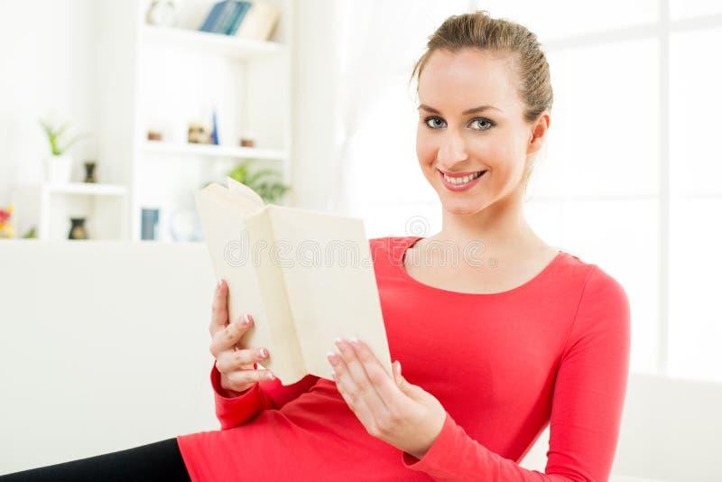 Mooi meisje met boek royalty-vrije stock foto's