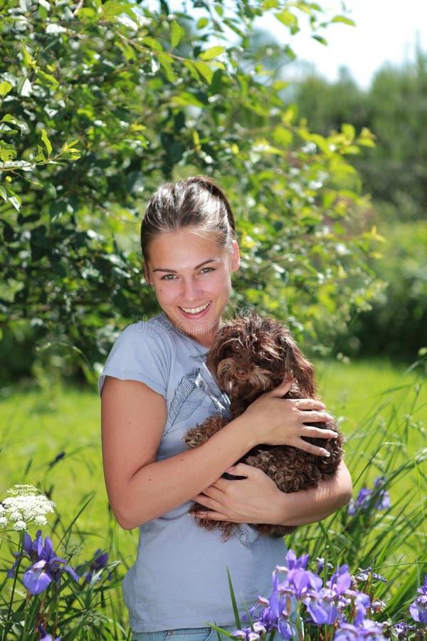 Mooi meisje met bruine hond stock foto
